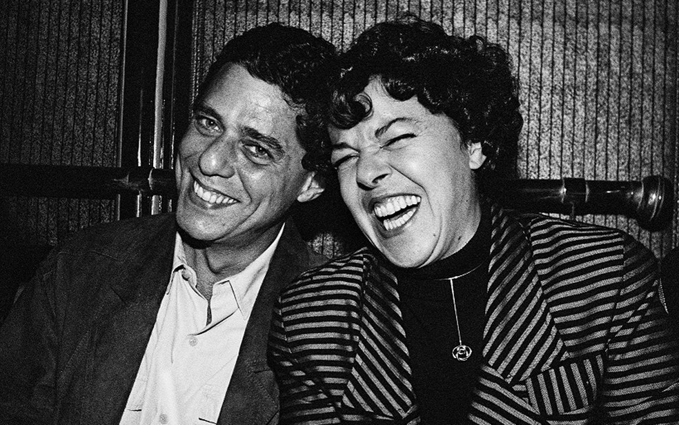 Chico Buarque e a irmã Miúcha em momento de descontração nos bastidores do show de Bebel Gilberto em outubro de 1989 — Foto: Cristina Granato / Divulgação