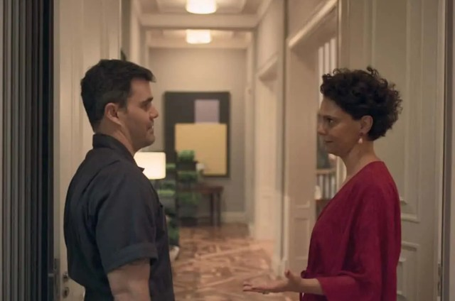 Juliano Cazarré e Malu Galli em cena em que seus personagens em 'Amor de mãe' aparecem sem máscara (Foto: Reprodução)