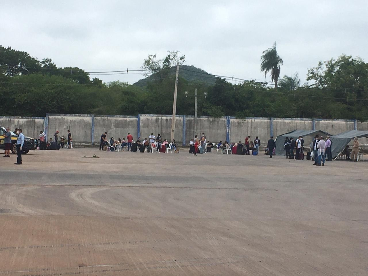 Brasileiros que estavam na Bolívia cruzam a fronteira a pé e começam a chegar no país