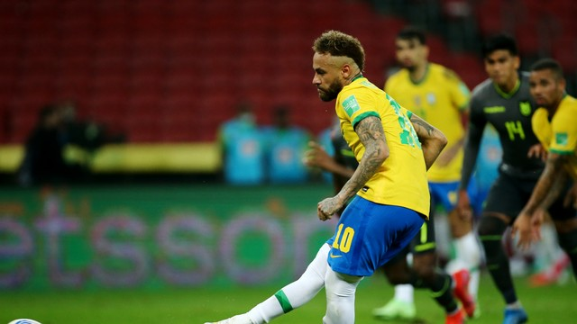Neymar cobrou mal o primeiro pênalti, mas teve a chance de cobrar de novo após Domínguez se adiantar e fez o segundo gol do Brasil