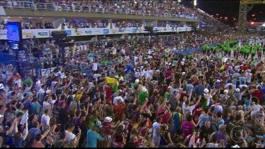 Multidão invade Sapucaí e canta samba da Beija-Flor à capela; VÍDEO