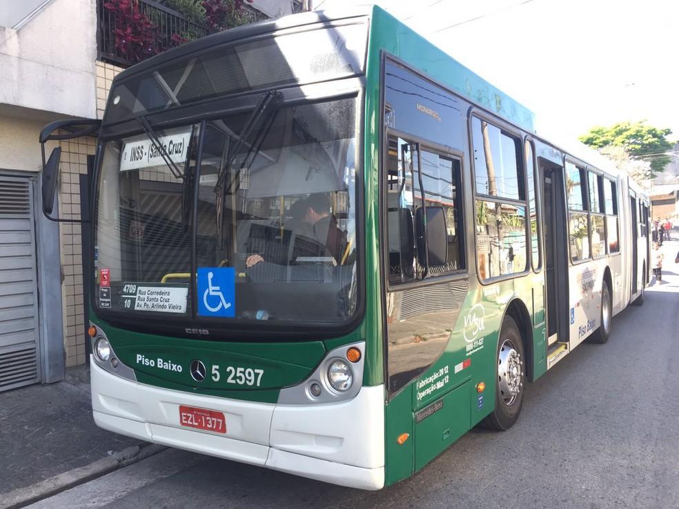 Ônibus envolvido no acidente atendia a uma linha municipal (Foto: André Emateguy/TVGlobo)