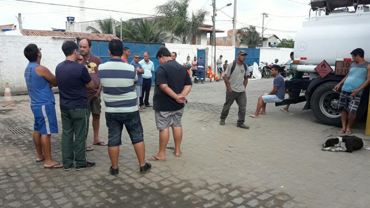 Funcionários de terceirizada da Comsercaf paralisam atividades e protestam para cobrar salários em Cabo Frio, no RJ