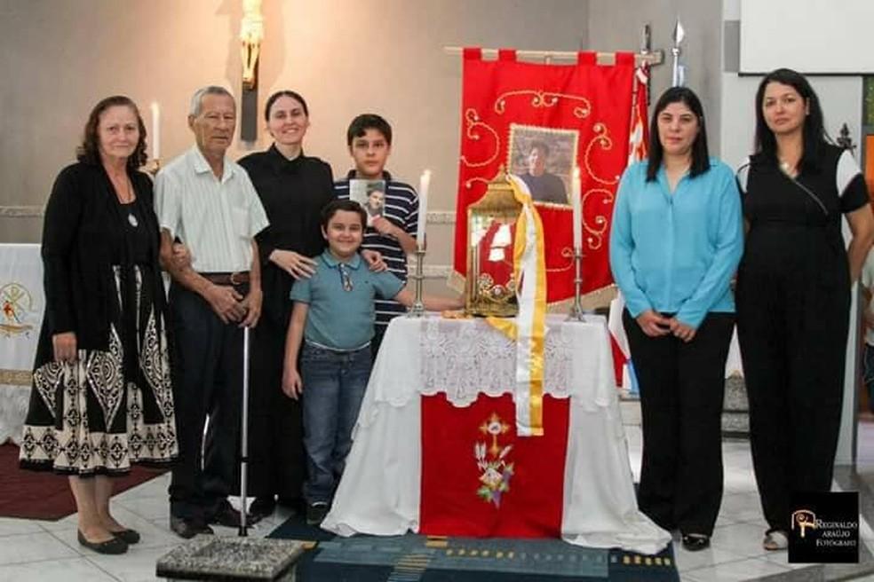 Avô, menino que recebeu milagre e familiares na paróquia em MS — Foto: Redes sociais/Reprodução