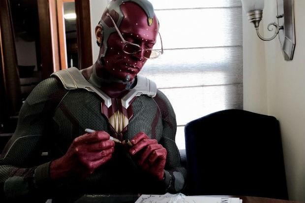 Paul Bettany caracterizado como o Visão, de 'Os Vingadores: Guerra Infinita' (Foto: Instagram / Reprodução)