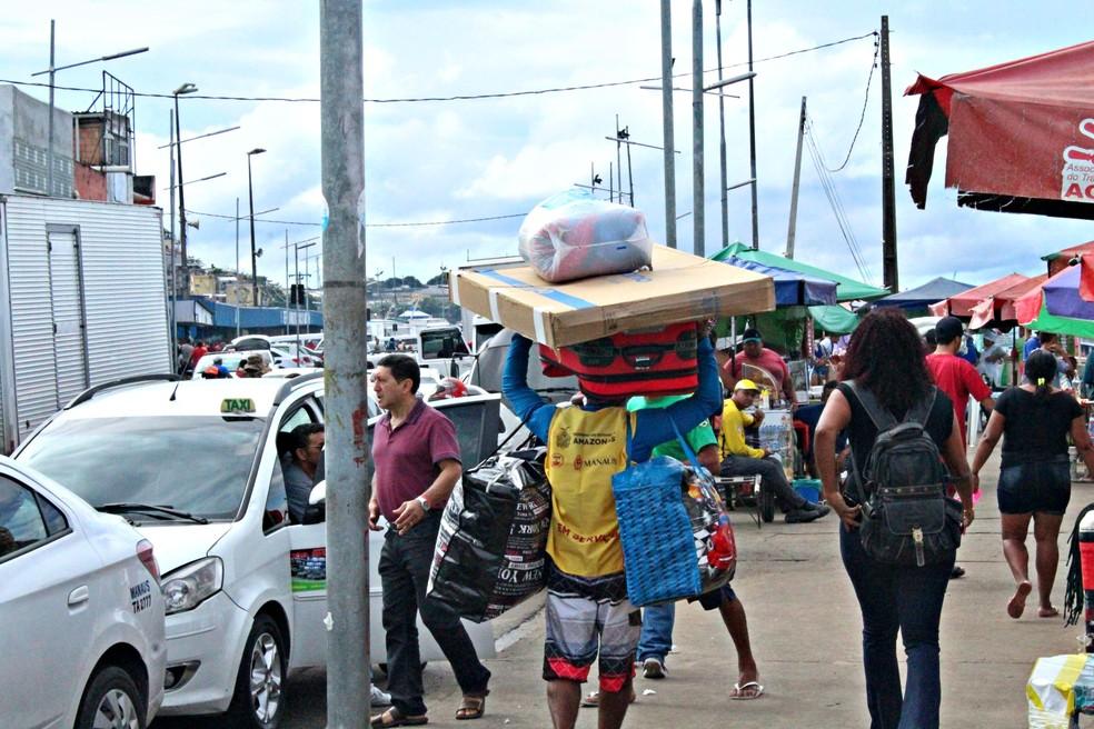 Carregador de marcadorias e bagagens oferece serviços para passageiros de embarcações em Manaus (Foto: Leandro Tapajós/G1 AM)