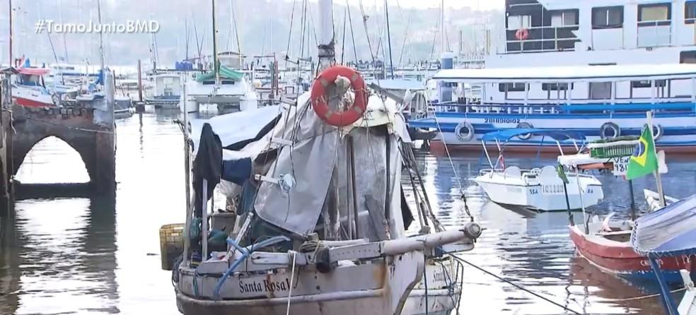 A família mora em um barco no bairro da Ribeira, em Salvador — Foto: Reprodução/TV Bahia