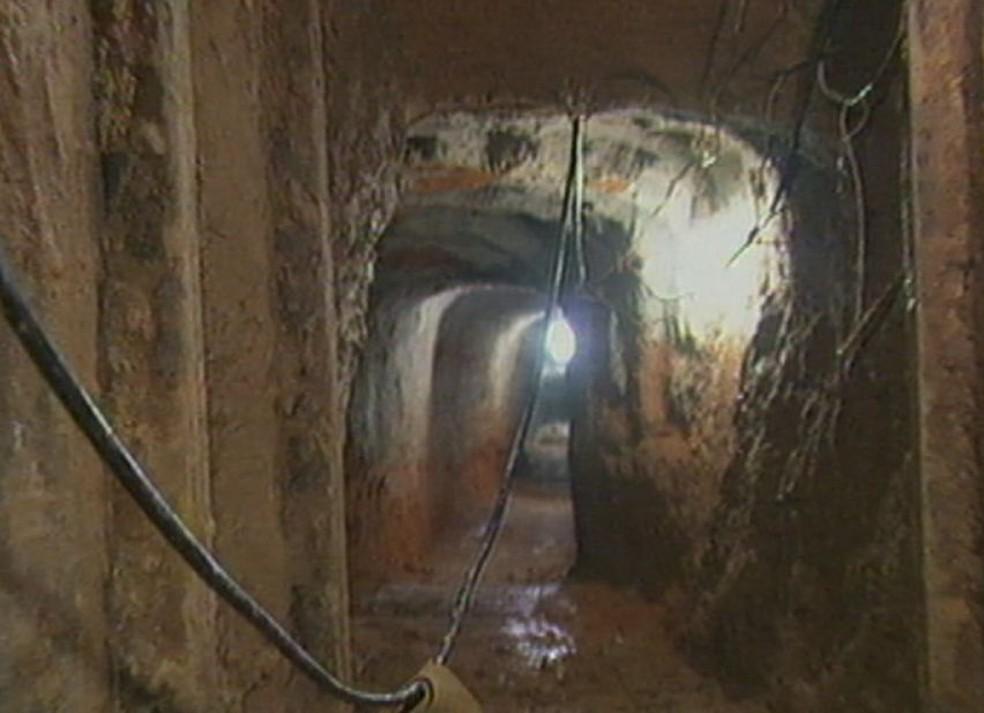 Túnel feito pelos criminosos foi descoberto em 2011  — Foto: Tv Tem/ Reprodução/ Arquivo