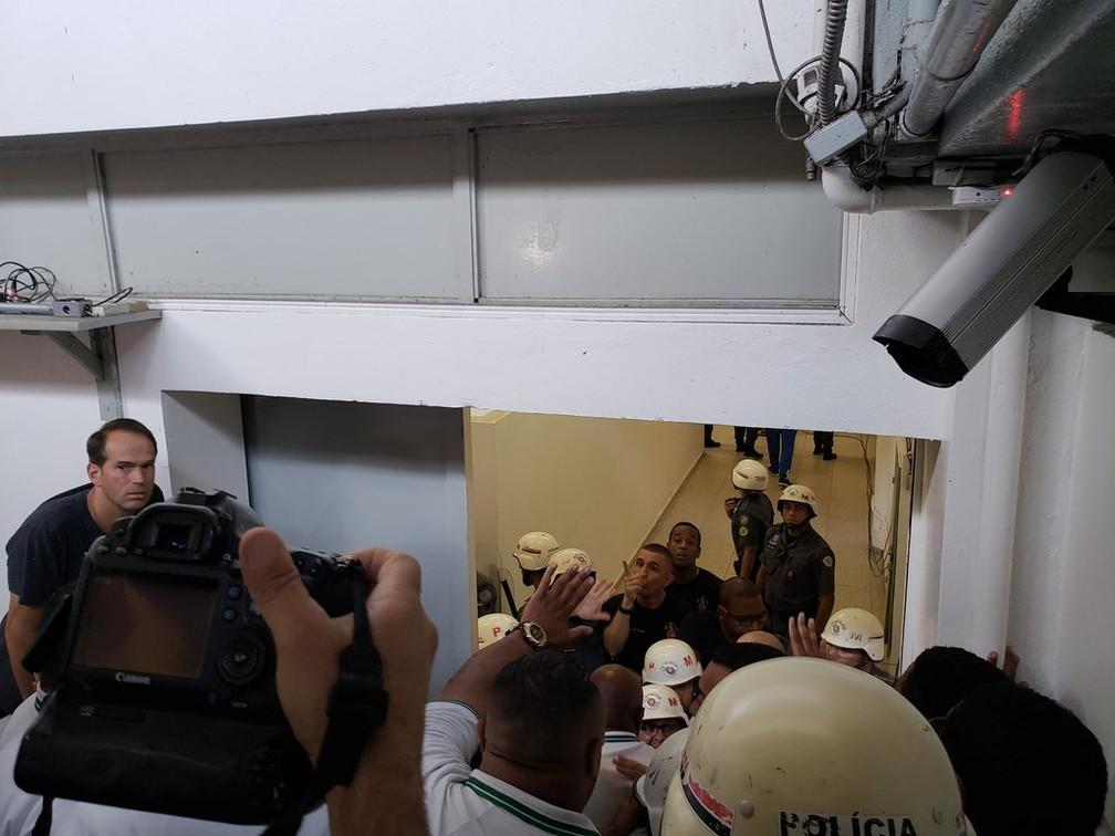 Confusão entre seguranças no jogo entre Palmeiras e Cruzeiro, no Pacaembu — Foto: Eduardo Rodrigues