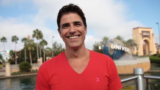 Reynaldo Gianecchini conta que foge da dieta em suas viagens: 'Eu como uma pizza feliz'