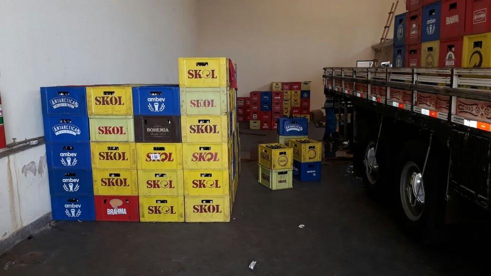 Cerca de 400 caixas de garrafas já adulteradas foram apreendidos em Ourinhos (Foto: Romeu Neto/ TV TEM )