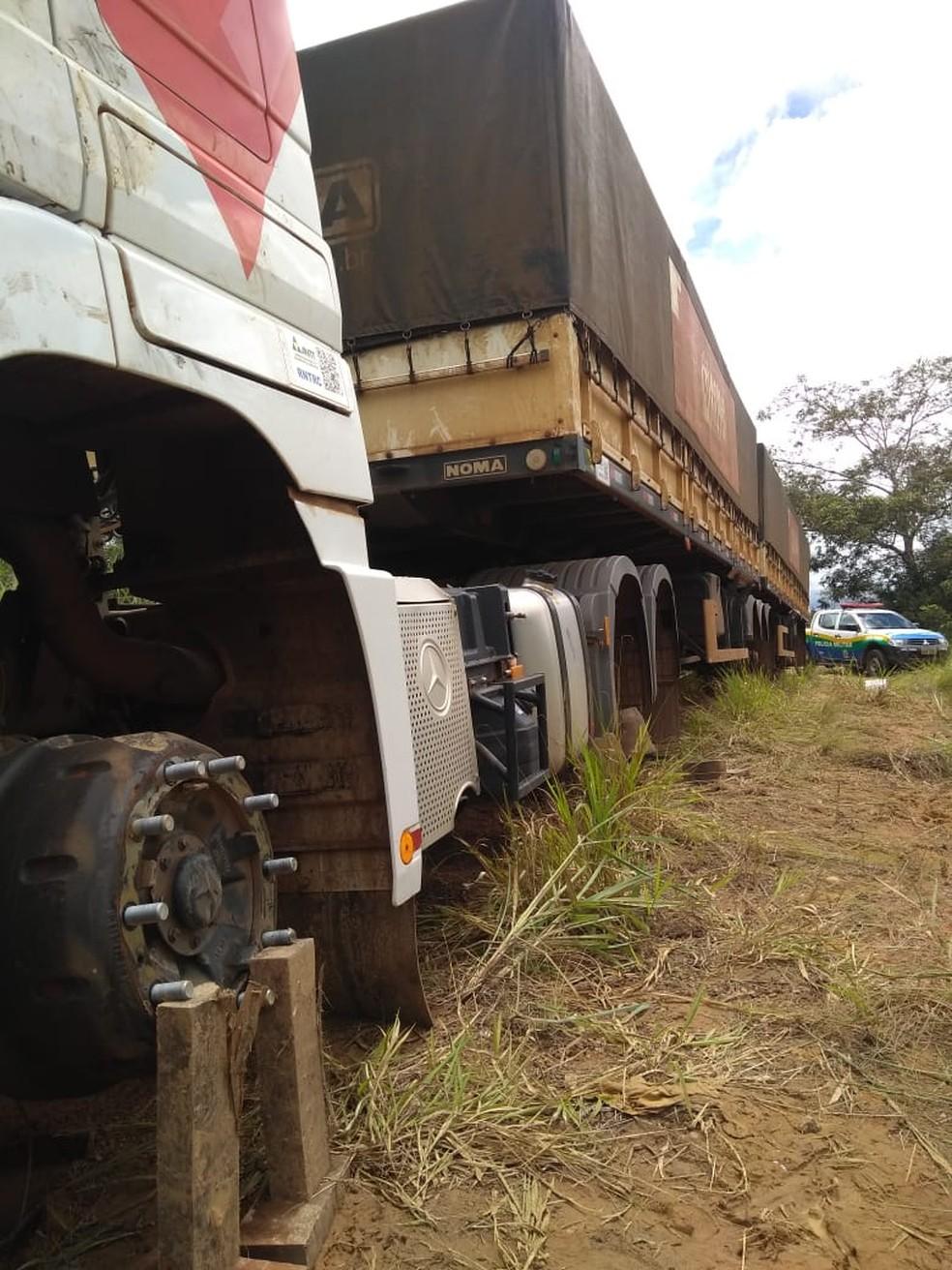 Criminosos fazim motoristas reféns e roubavam pneus de carretas — Foto: Rede social/Reprodução