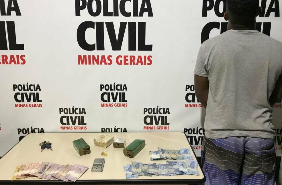 Jovem é preso por tráfico de drogas no Bairro São Benedito em Juiz de Fora.  (Foto: Polícia Civil/Divulgação)