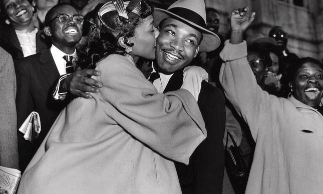 Martin Luther King Jr. sendo recebido por sua esposa Coretta, após ser julgado, em março de 1956 por boicotar a segregação racial nos ônibus, em Montgmomery, Alabama
