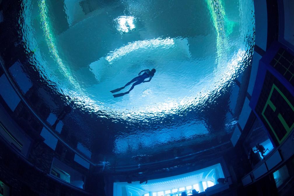 Mergulhador na Deep Dive Dubai, a piscina mais profunda do mundo, nos Emirados Árabes Unidos, em foto de julho de 2021 — Foto: Deep Dive Dubai via Reuters