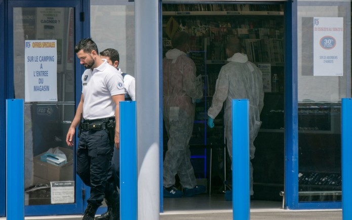 Peritos são vistos dentro de supermercado onde duas pessoas foram feridas a golpes de estilete por uma mulher em La Seyne-sur-Mer, na França, no domingo (17) (Foto: Bertrand Langlois/AFP)
