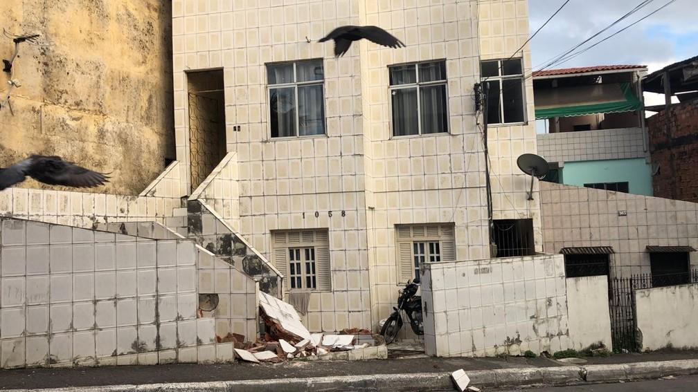 Muro de uma das casas atingidas pelo micro-ônibus desgovernado no bairro de Santa Cruz, em Salvador — Foto: Vanderson Nascimento/TV Bahia
