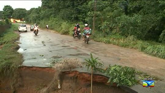 Asfalto de rua entre rodovias cede no Maranhão