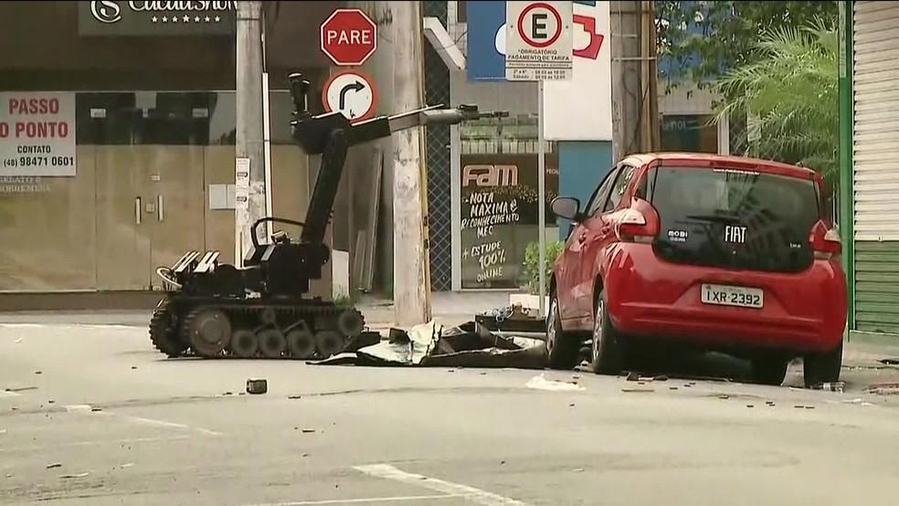 Esquadrão antibombas retira suposto explosivo deixado em frente a agencia bancária — Foto: Reprodução/GloboNews