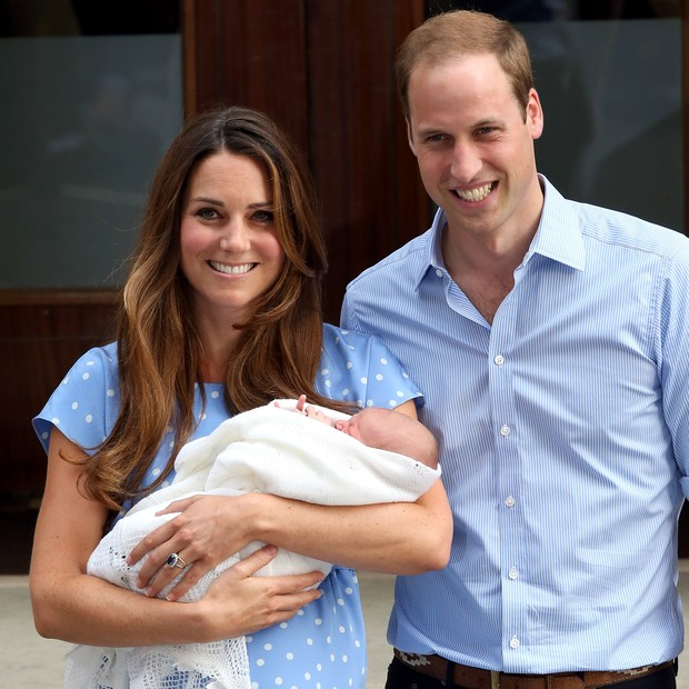 Kate Middleton e o Príncipe William deixam a Lindo Wing com o pequeno Príncipe George (Foto: Getty Images)