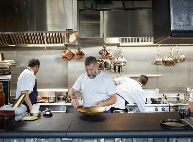 O chef Assaf Granit comanda do Coal Office, que mistura influências da gastronomia de Jerusalém, do Oriente Médio e da Itália  (Foto: Coal Offic/ Reprodução)