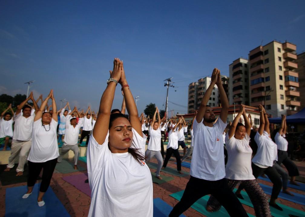 2019 06 21t040536z 287999263 rc1290684660 rtrmadp 3 yoga day nepal - Dia Internacional do Yoga é celebrado pelo mundo; veja fotos