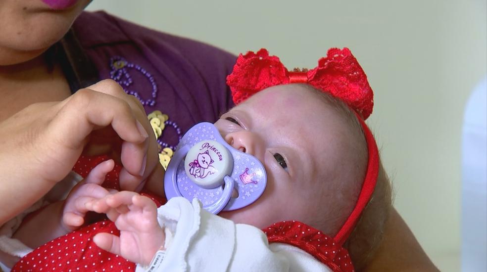Bebê recebeu alta nesta terça-feira (5) (Foto: Reprodução/TV TEM)