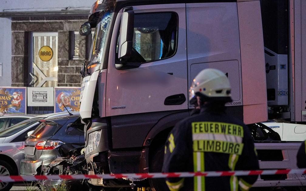 Polícia Isola local onde caminhão roubado colidiu com diversos veículos em Limburgo, na Alemanha, na segunda-feira (7) — Foto: Sascha Ditscher/dpa/AFP