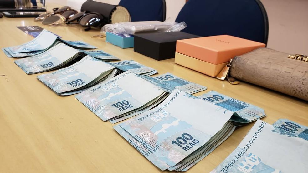 Material apreendido com o casal suspeito de furtar joalherias — Foto: Raquel Freitas/G1