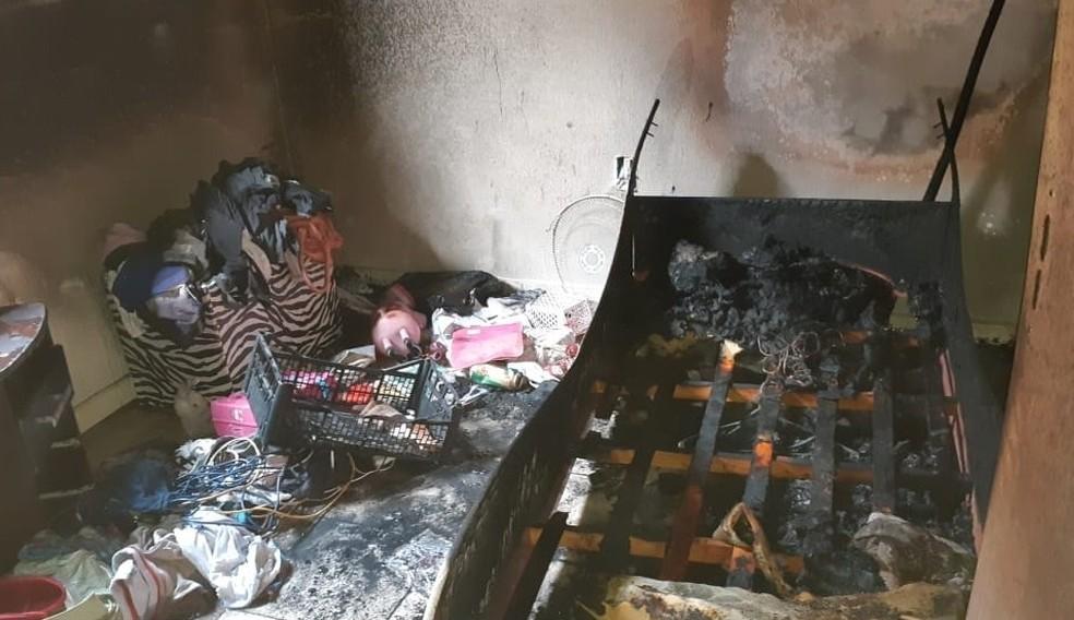 Imóvel apresentava focos de incêndio em vários cômodos — Foto: Corpo de Bombeiros/Divulgação