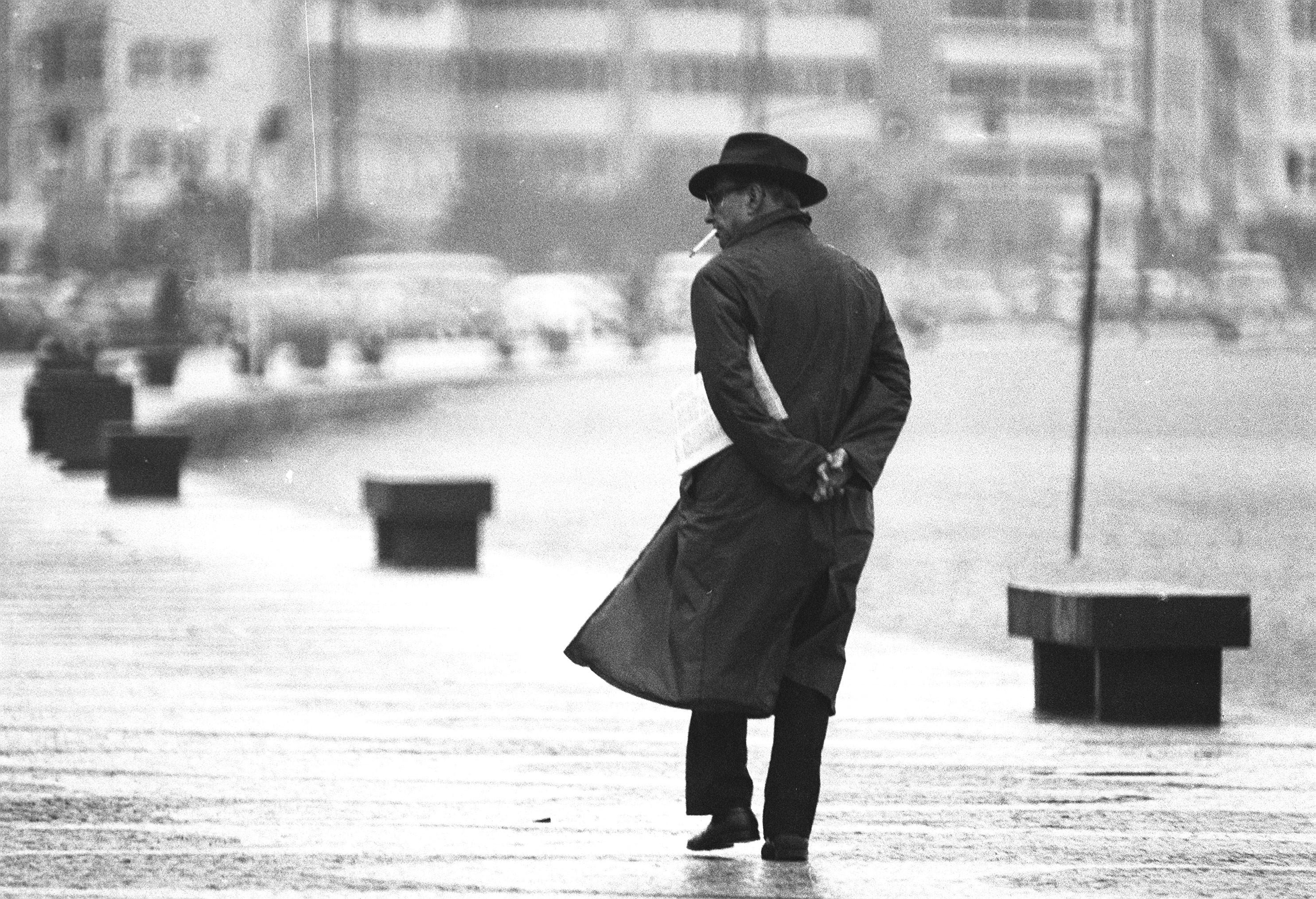 Homem caminha pela orla de Copacabana, em 1973