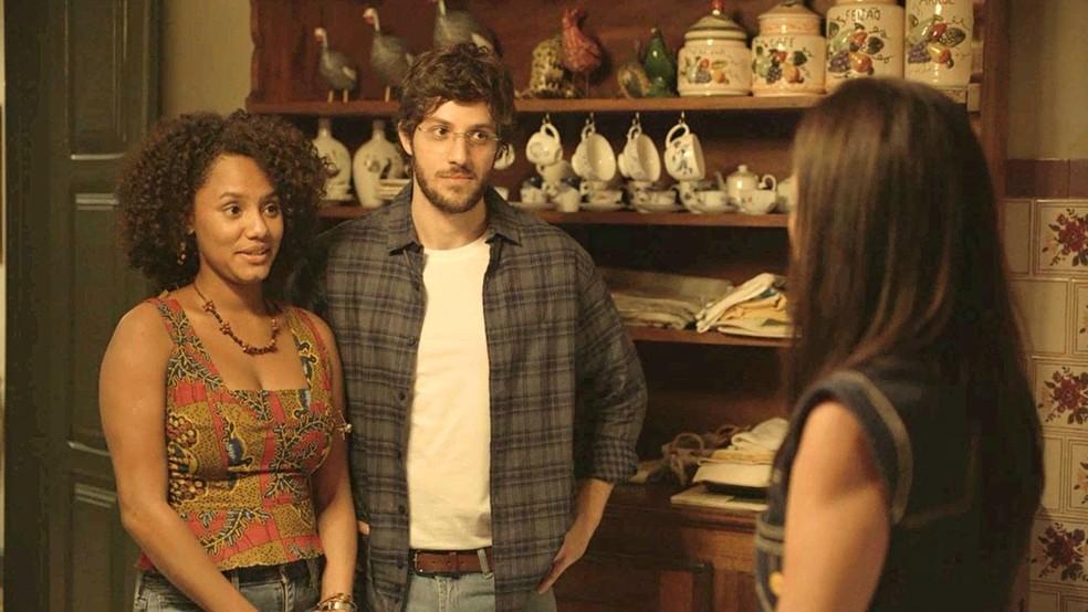 Na novela Amor de Mãe, casal aceita proposta de Thelma (Adriana Esteves) em ser barriga solidária do neto — Foto: Globo