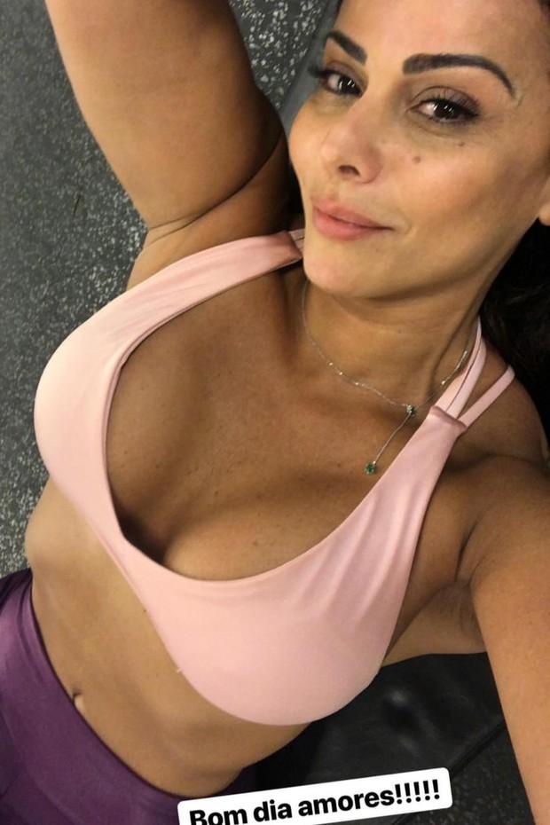 Viviane Araújo faz close no decote em selfie na academia (Foto: Reprodução/Instagram)