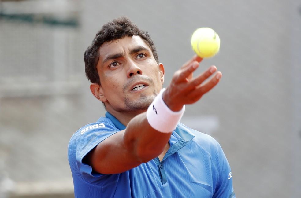 Thiago Monteiro em ação contra Marcos Giron em Roland Garros — Foto: REUTERS/Charles Platiau