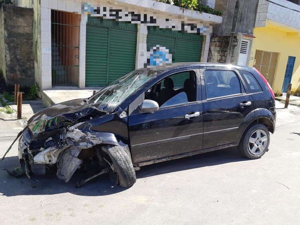 Carro dirigido por motorista bêbado e sem carteira ficou danificado após acidente na BR-101, no Cabo de Santo Agostinho, no Grande Recife — Foto: Polícia Rodoviária Federal/Divulgação