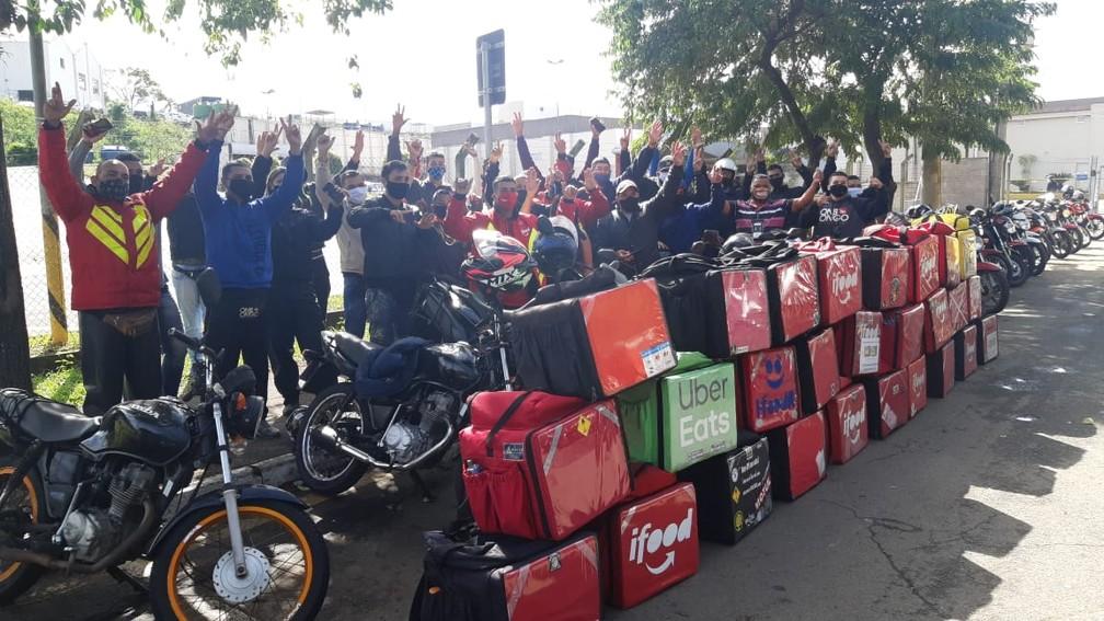 Entregadores se reúnem em frente ao shopping de Piracicaba em apoio à paralisação nacional — Foto: Edijan Del Santo/EPTV