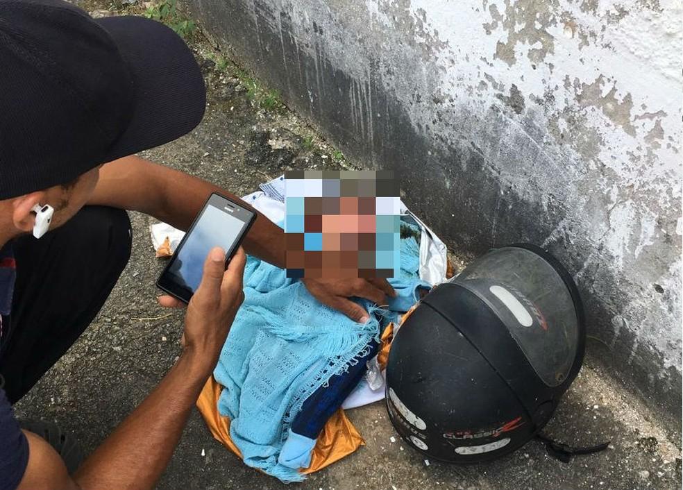 Bebê recém-nascido foi encontrado por populares no bairro de Armação — Foto: Arquivo pessoal