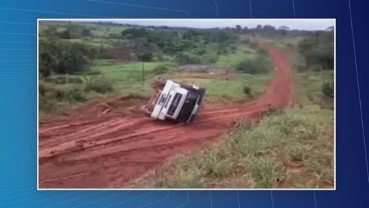 Veículo que transportava gado tomba em estrada no AM; caminhoneiros criticam condições de via