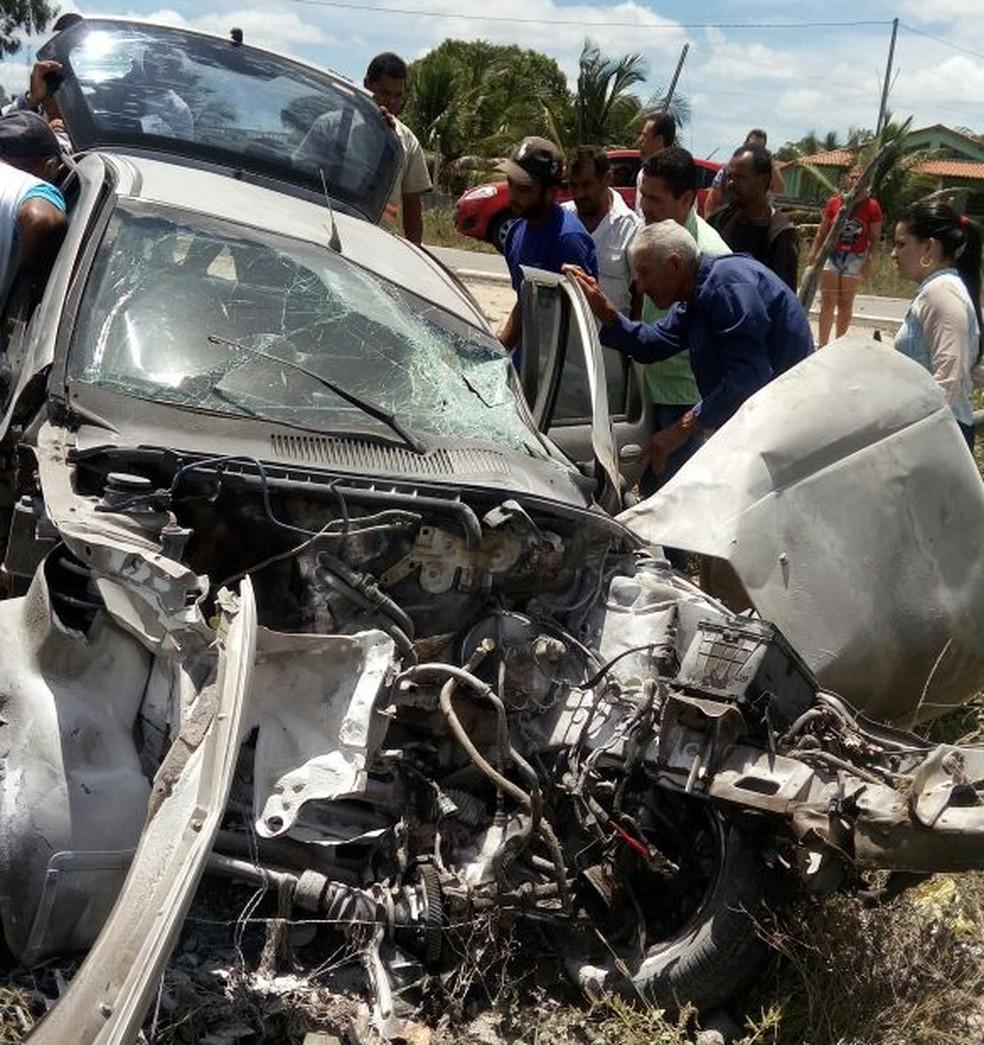 Carro fica destruído após ser batido em árvore na BR-424 (Foto: PRF/Divulgação)