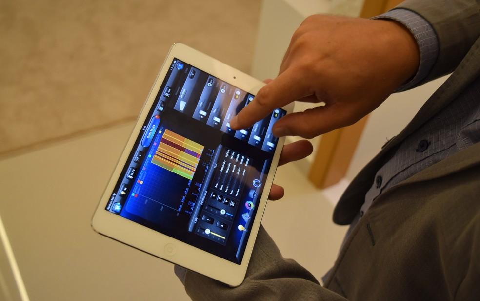 Aplicativo controla iluminação, energia e dispositivos eletrônicos de imóvel (Foto: Vitor Santana/G1)