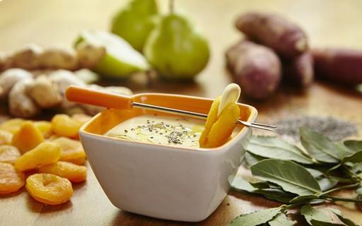 Receita de sopa fit de batata-doce com pera, gengibre, damasco e ervas