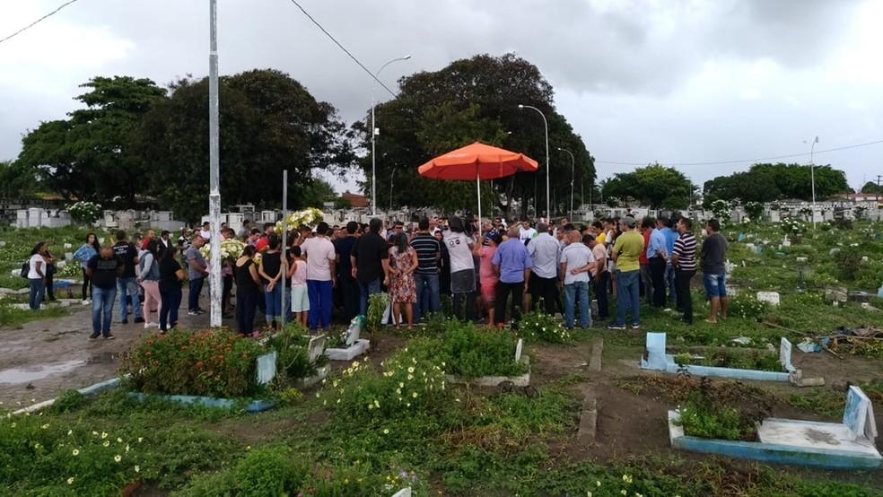 Enterro do taxista Paulo Damião foi no Cemitério do Cristo, em João Pessoa — Foto: Hebert Araújo/TV Cabo Branco