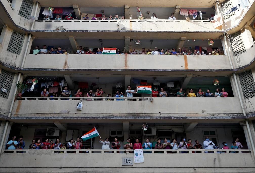 Pessoas batem palmas e panelas de suas varandas para agradecer ao pessoal de emergência e profissionais da saúde em Mumbai, na Índia, em 22 de março  — Foto:  Francis Mascarenhas/Reuters