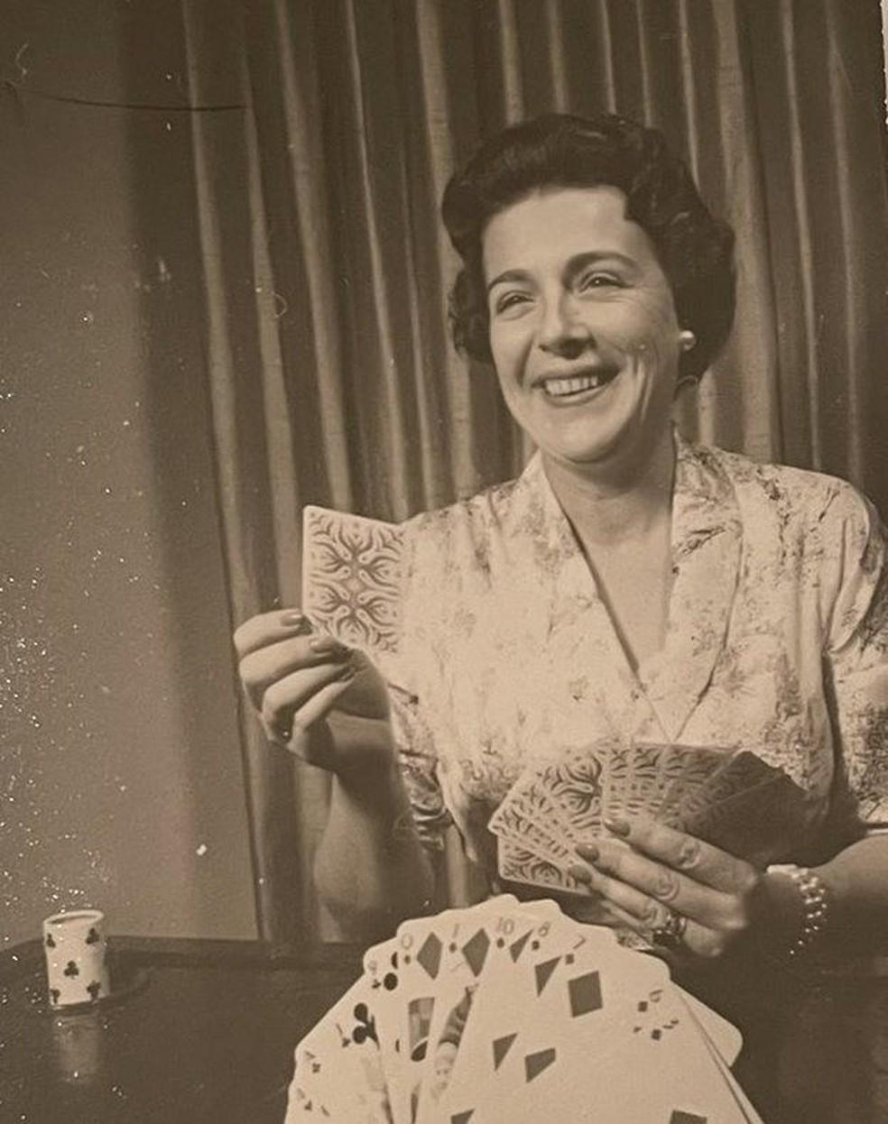Na juventude, Ann Russell Miller fumava, bebia e jogava baralho — Foto: Mark Miller/Arquivo Pessoal/BBC