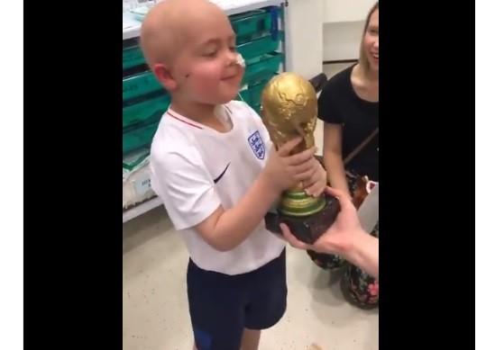 Ben Williams e sua taça da Copa do Mundo (Foto: Rerodução/ Twitter)