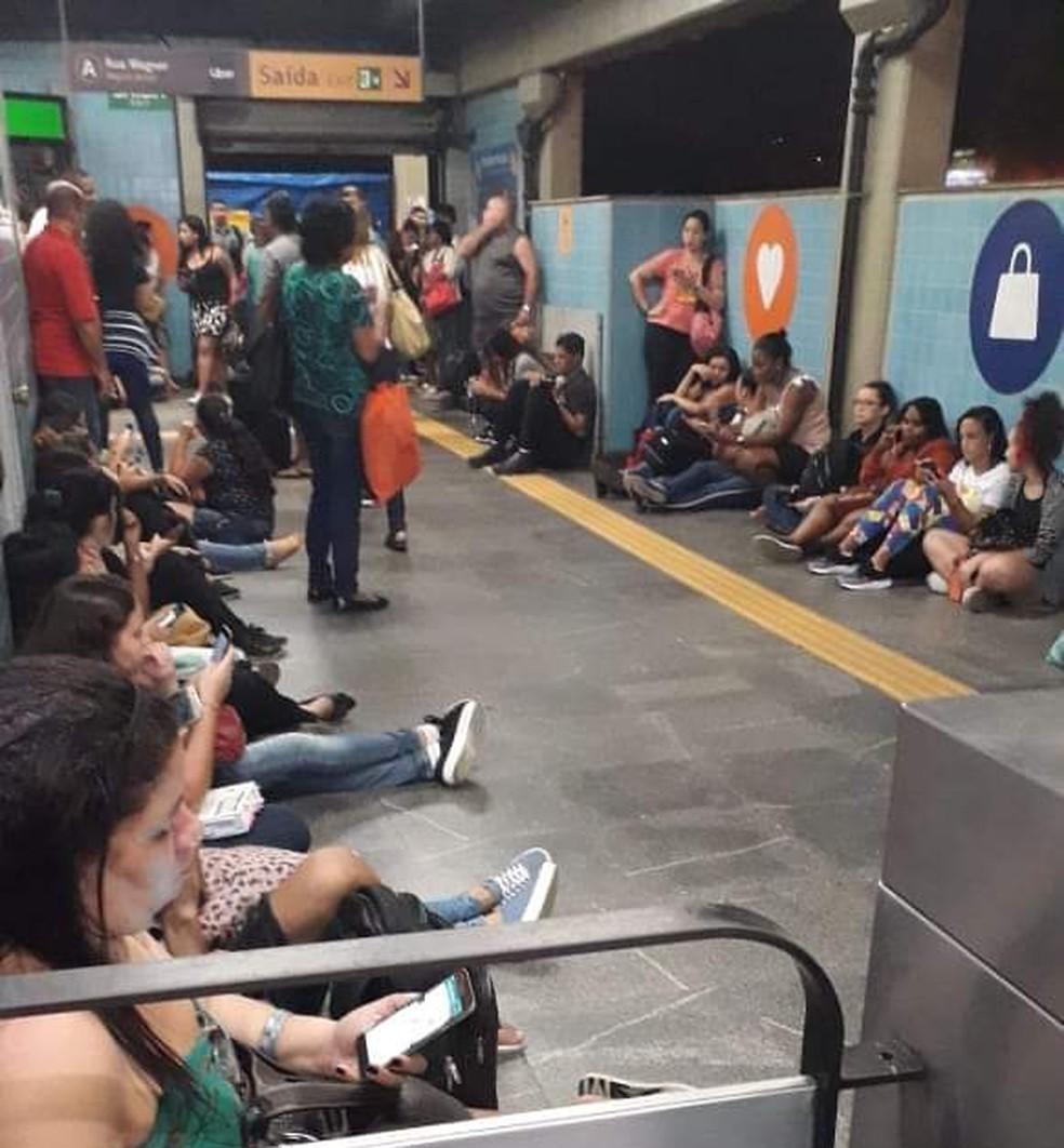 Passageiros do MetrôRio aguardaram a reabertura da estação sentados no chão. — Foto: Reprodução/Redes sociais