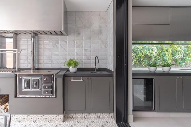Apartamento contemporâneo tem cozinha de estar  (Foto: Diego Sanchez Wic/Divulgação)
