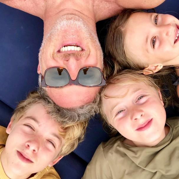 Luciano Huck e os filhos (Foto: Reprodução)