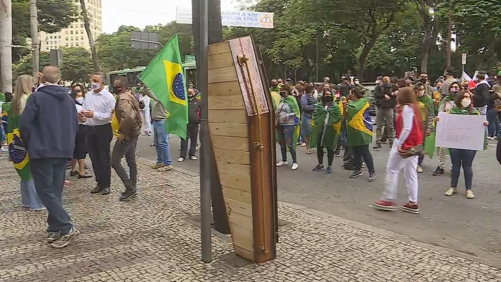 Caixão é levado para manifestação na porta da PBH — Foto: Reprodução/TV Globo