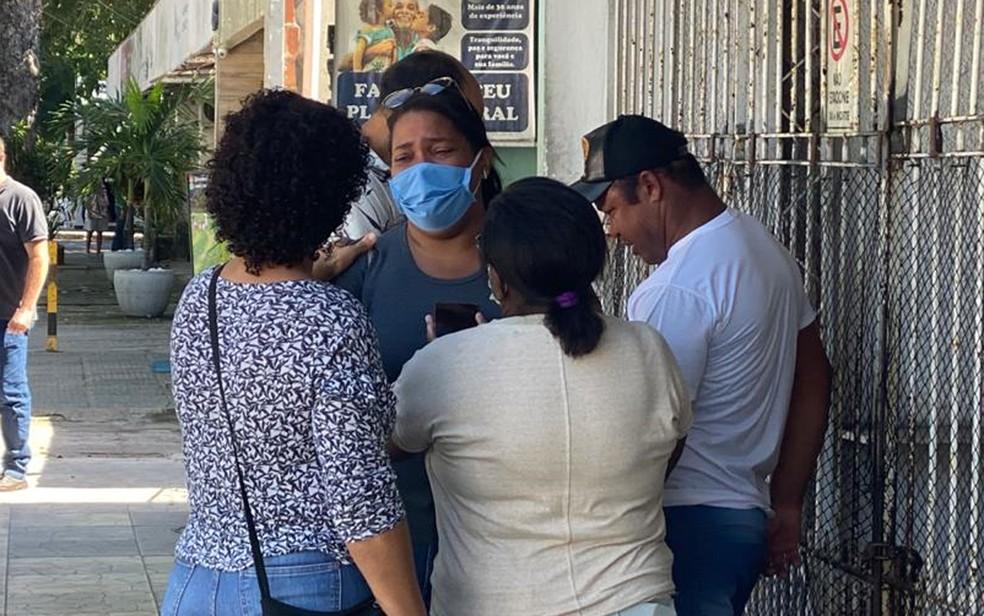 Mãe de Miguel Otávio Santana da Silva, menino que morreu ao cair de edifício no Recife, foi ao IML nesta quarta-feira (3)  Foto: Daniel Gomes/G1